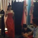 Ngọc Trinh thản nhiên tụt váy trước mặt đồng nghiệp nam