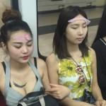 Thiếu nữ Trung Quốc đắp mặt bằng… bao cao su ngay chốn đông người