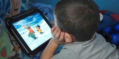 Dỗ con bằng điện thoại, iPad là đánh mất cơ hội phát triển của trẻ