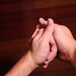 Tại sao khi bẻ khớp đốt ngón tay lại phát ra tiếng kêu?