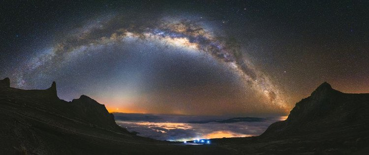 bầu trời đêm từ độ cao cách mặt nước biển 4.000m.