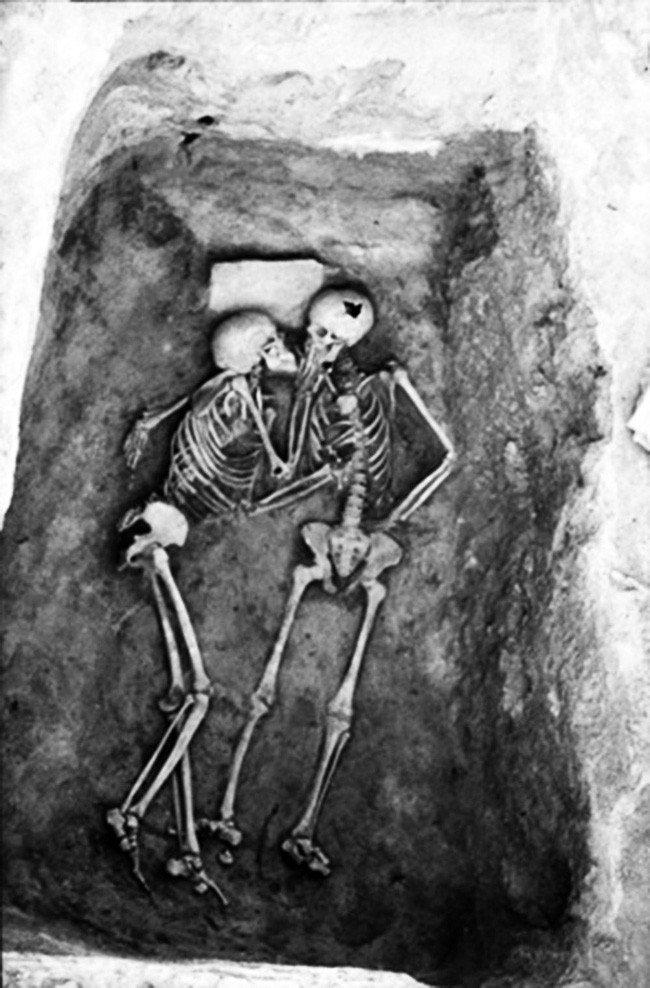 tình yêu vĩnh cửu qua nụ hôn 2800 năm.