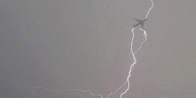 Sấm sét đánh máy bay khi đang bay.