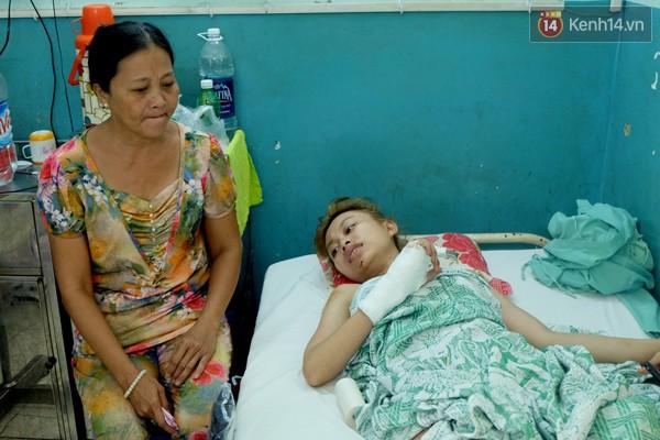 Cô được mẹ chăm sóc tại bệnh viện trong những ngày gặp tai nạn.