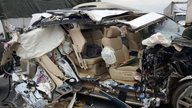 Tai nạn giao thông khiến xe Lexus vỡ nát.